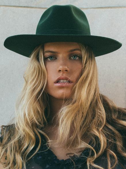 Blonde curve model Mazzy Genovese